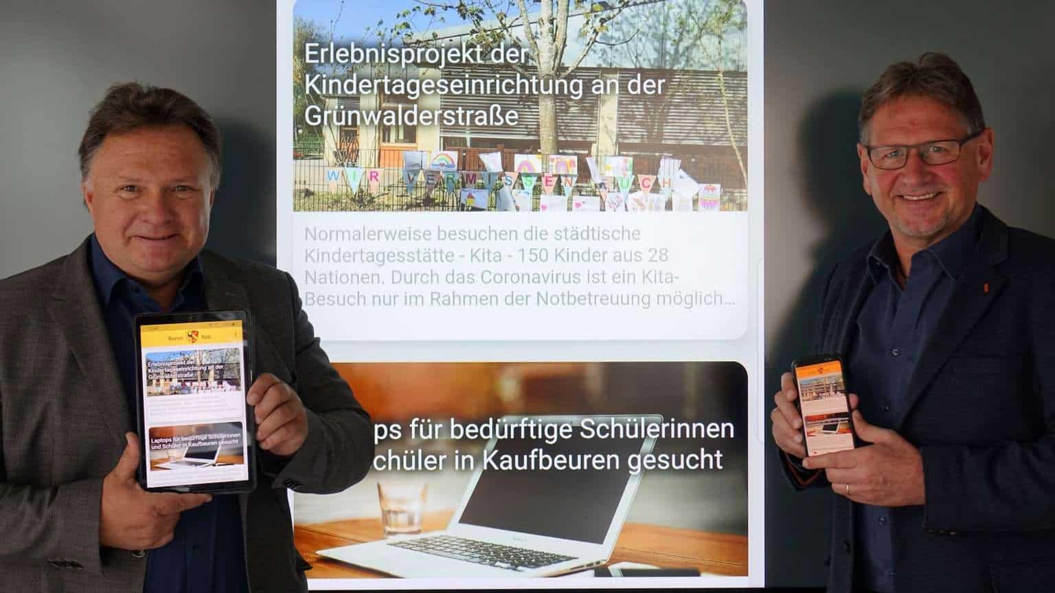Oberbürgermeister Stefan Bosse (links) und Abteilungsleiter für Informations- und Kommunikationstechnologien, Jürgen Wittek präsentieren gemeinsam die neue Buron-App. © Stadt Kaufbeuren